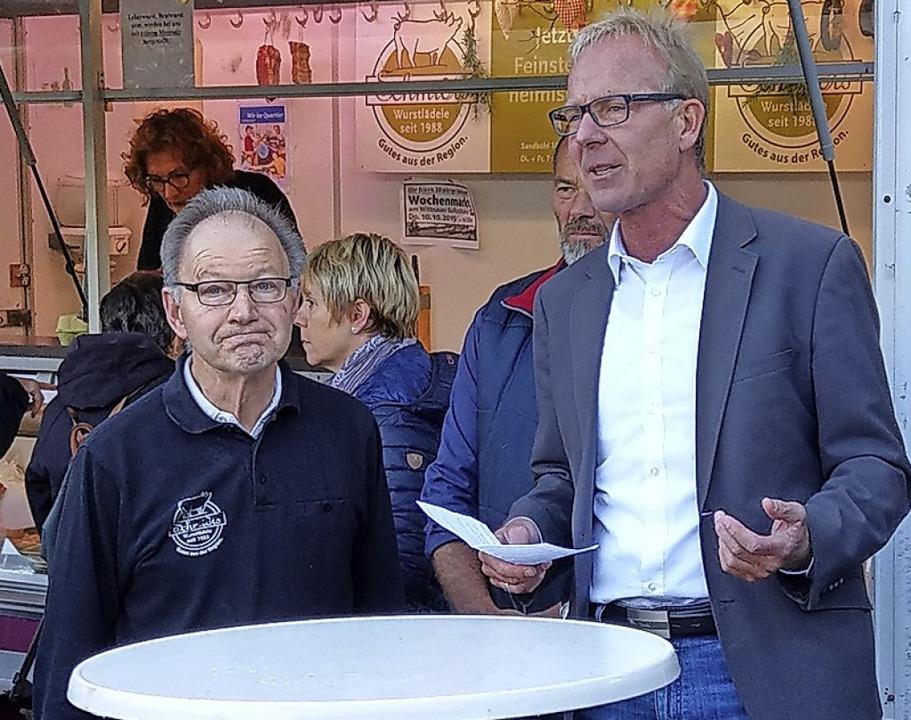 Bürgermeister Jörg Kindel (rechts) bed...ator und Organisator des Wochenmarkts.    Foto: Sarah Schädler