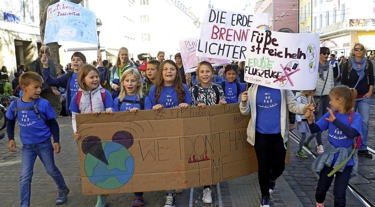 Die Kinder protestierten mit selbst gemalten Plakaten.     Foto: Privat