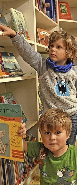 Noah (hinten) und  Paul leihen gerne Bücher in der Bubli aus.  | Foto: Horatio Gollin