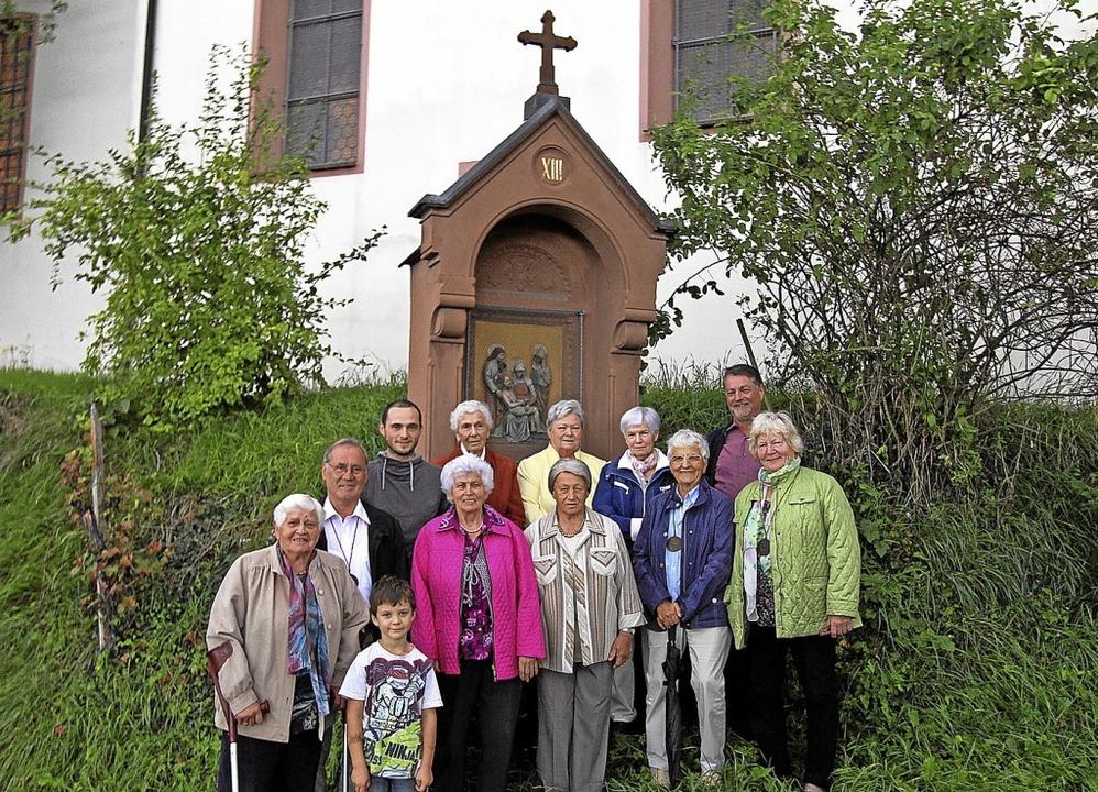 Die Mitglieder der St. Pantaleon-Brude...euerung der Holzkreuze und des Altars.  | Foto: Herbert Trogus