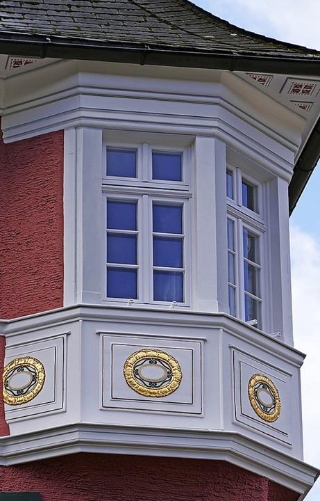 Die Erker im zweiten Obergeschoss sind...ant ist das imposante Eingangsportal.     Foto: Ralf Morys