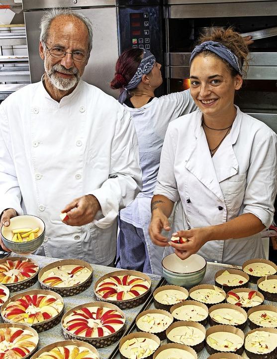 """Gerhard Wiest und Konditorin Joana Ste...2;s`Wieschte Apfelbutzekuchen.""""     Foto: Wolfgang Scheu"""