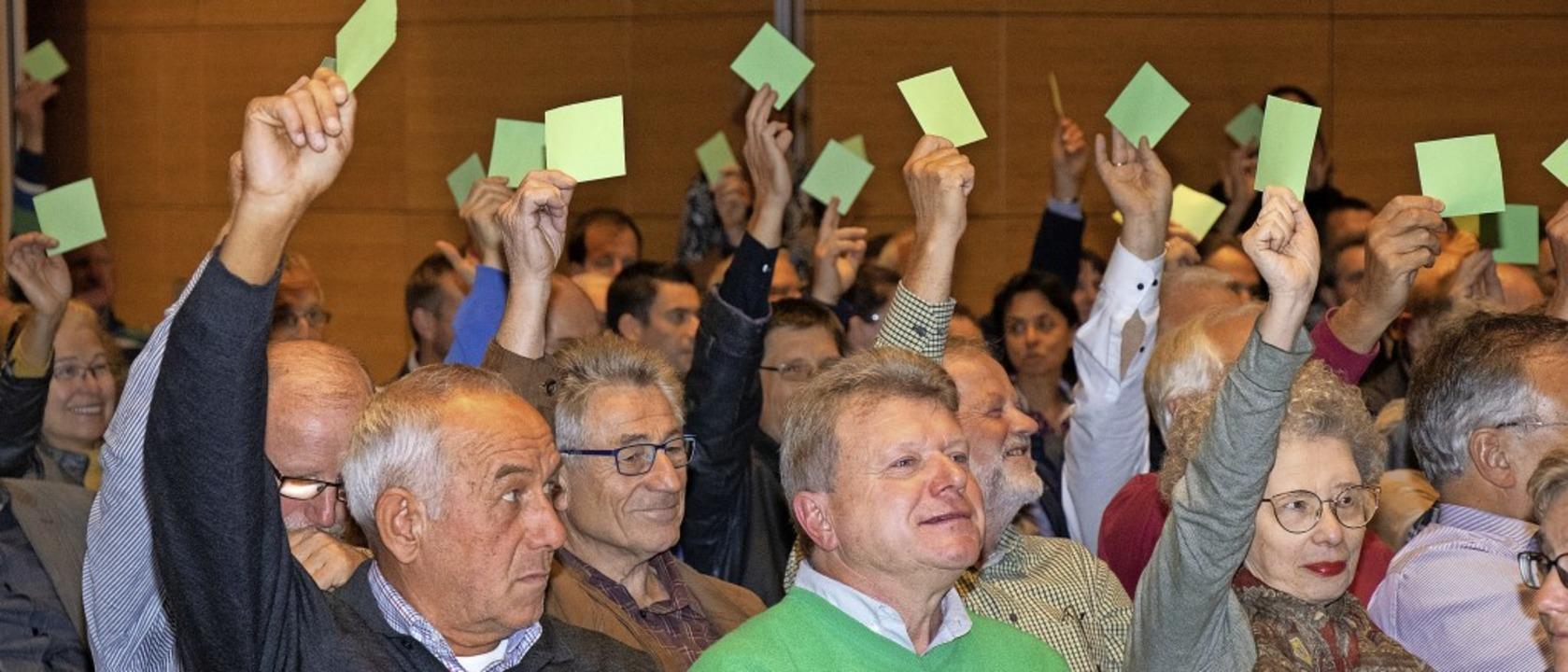 Beim Bürgerforum über das weitere Vorg... über gelbe und grüne Karten anzeigen.  | Foto:  Peter Rosa