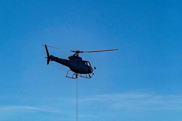 Signalmasten für die Breisgau-S-Bahn werden per Helikopter geliefert