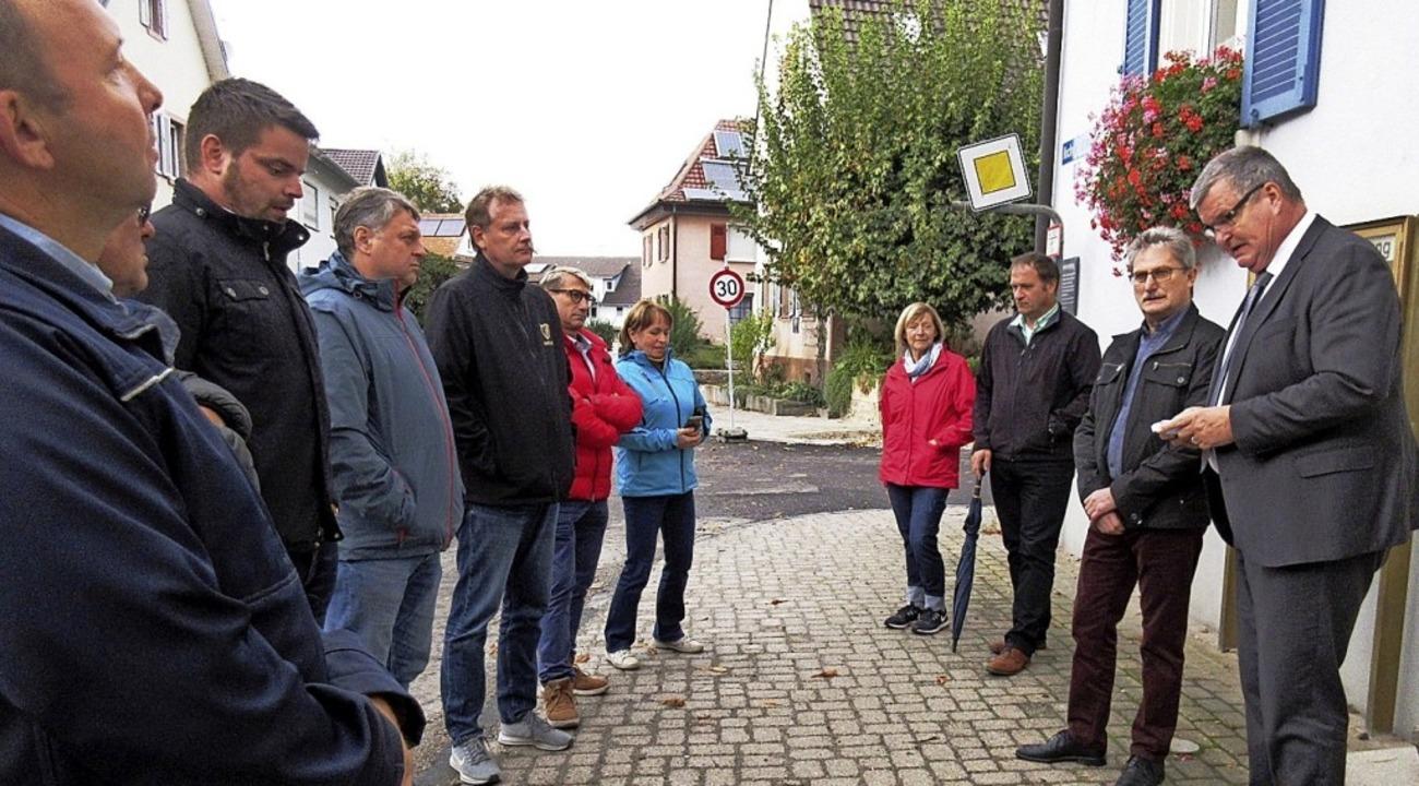 Bürgermeister Matthias Guderjan (recht...-Baumaßnahmen in der Herrenbergstraße.    Foto: Reiner Merz