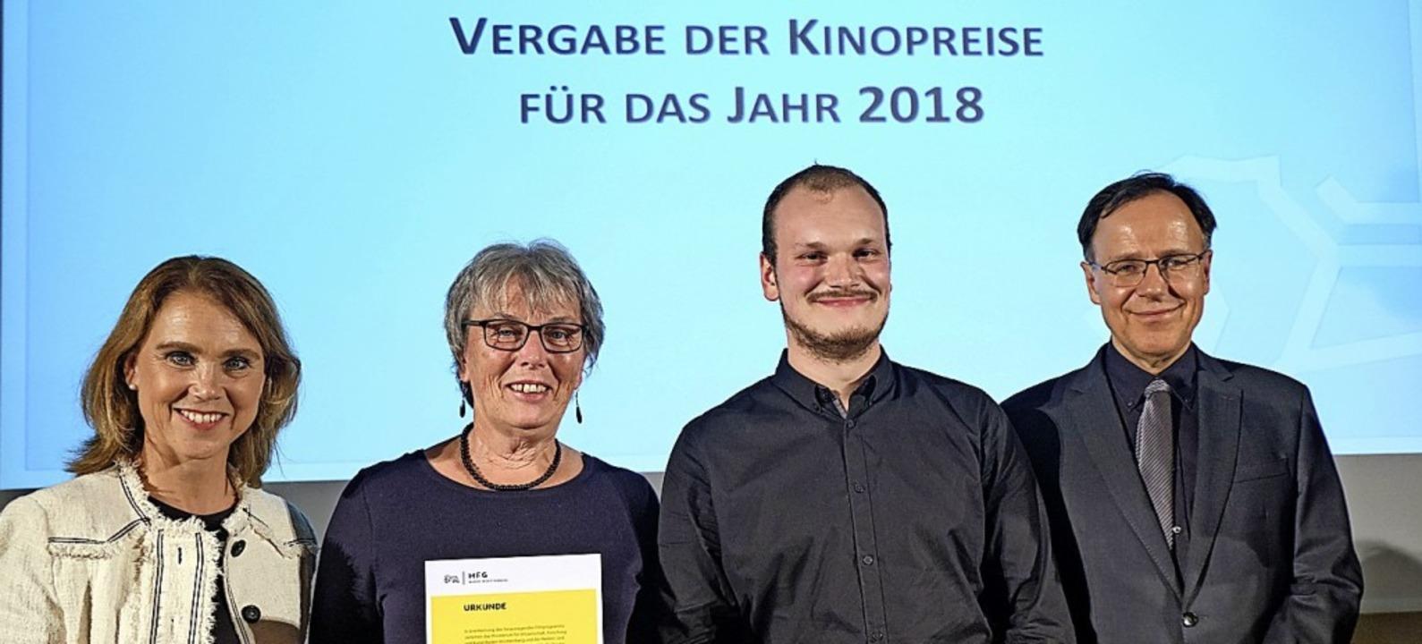 Sabine und Beat Winterhalder (Mitte) n...ftsführer Carl Bergengruen entgegen.    | Foto: Joachim E. Roettgers