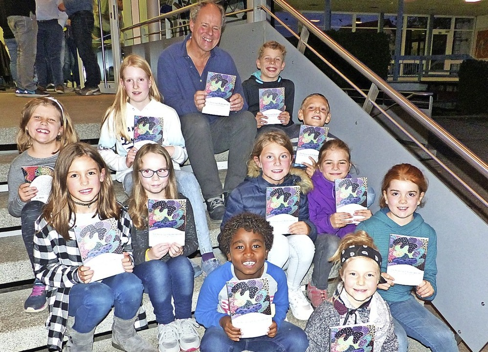 Elf Schüler präsentieren stolz ihr Buch.   | Foto: Claudia Bachmann-Goronzy