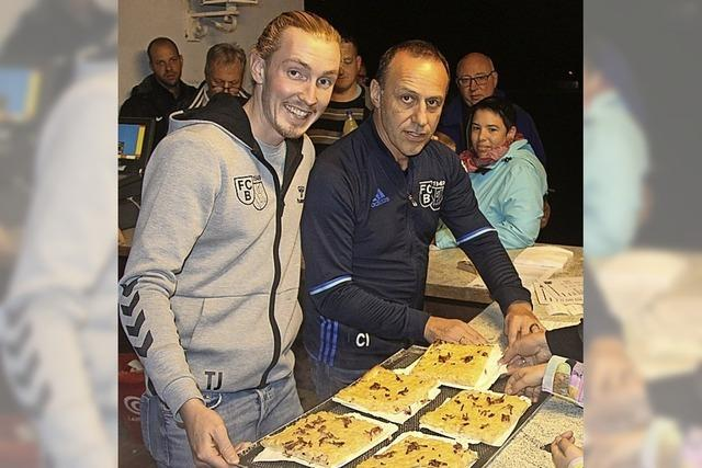 Beim Zwiebelkuchenfest des Bötzinger Fußballclubs ging reichlich Zwiebelkuchen über die Theke
