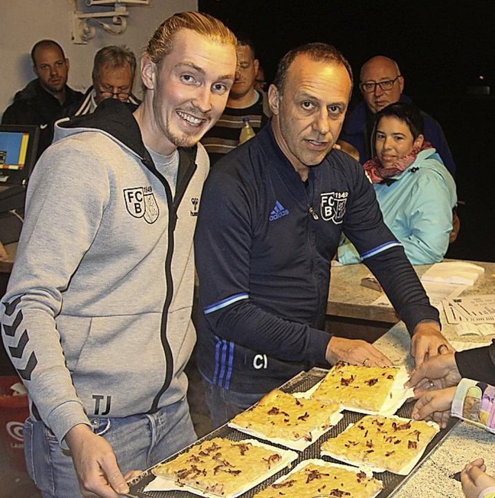 Auch in diesem Jahr ging reichlich Zwiebelkuchen über die Theke.  | Foto: Horst David