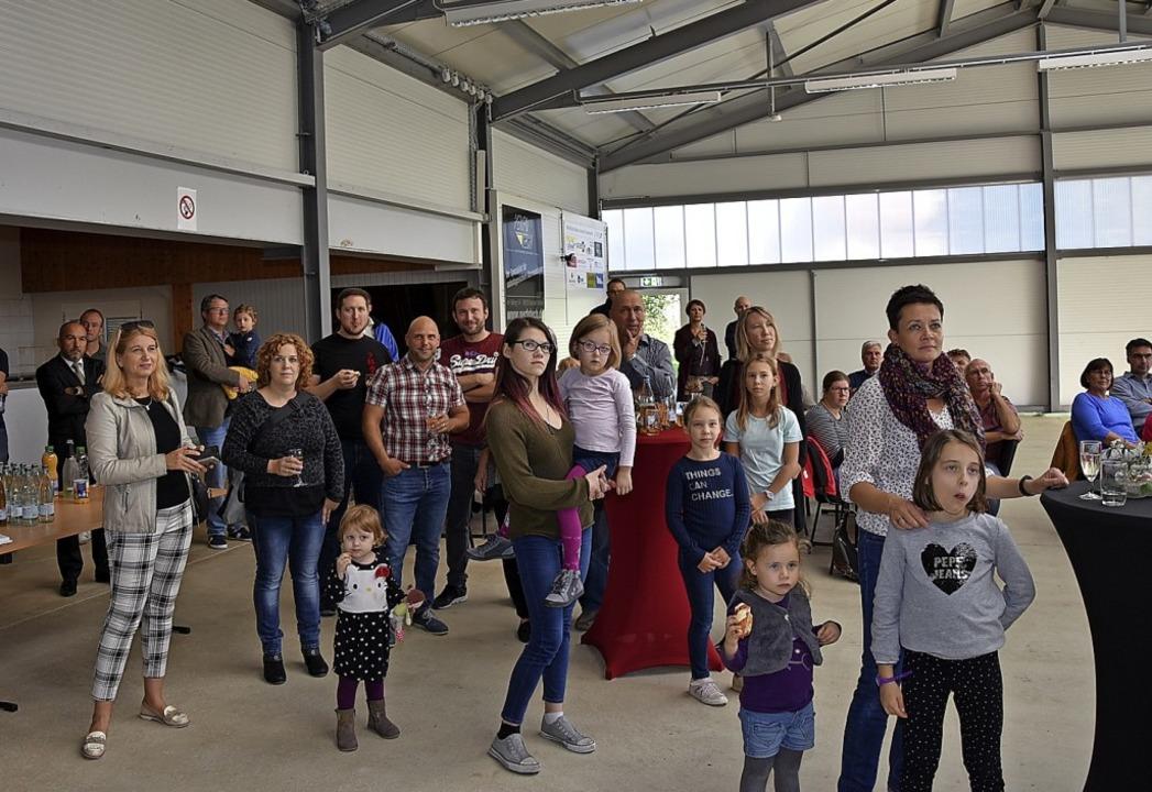 Viele Gäste waren zu der offiziellen E... die die neue Halle dem Verein bietet.  | Foto: Heinz und Monika Vollmar