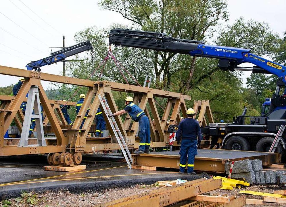 Der Brückenrückbau ist in vollem Gange.  | Foto: Paul Eischet