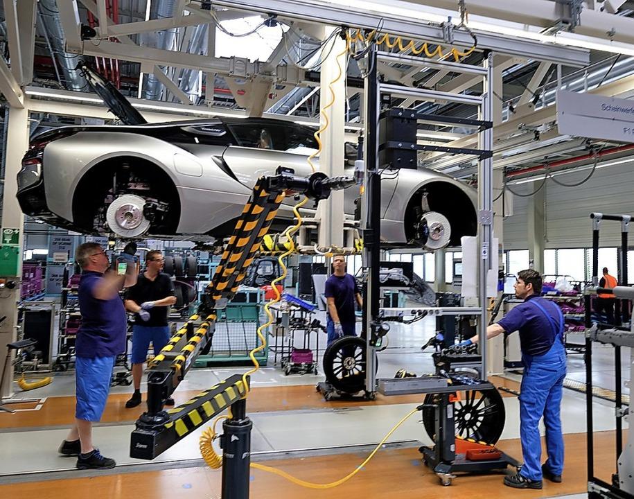 Mit der Umstellung vom Verbrennungs- a...rid-Fahrzeugs BMW i8 im Werk Leipzig.     Foto: Sebastian Willnow