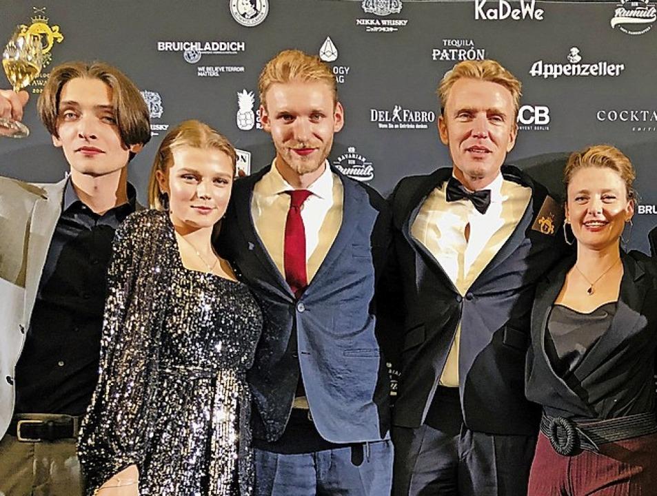 Willi Schöllmann (Zweiter von rechts) ...d Mitarbeitern bei der Preisverleihung    Foto: privat