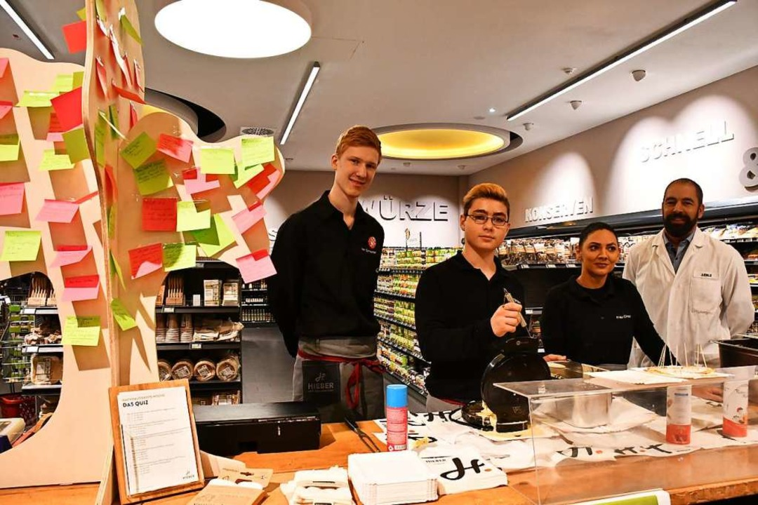 Marktleiter John Eble (rechts) mit Auszubildenden  | Foto: Barbara Ruda