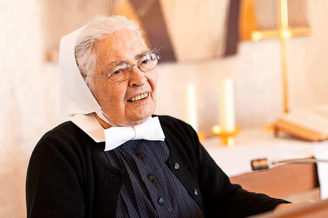 Schwester Elfriede Fitz hält eine Andacht auf der Kanzel.  | Foto: Diakonissenhaus