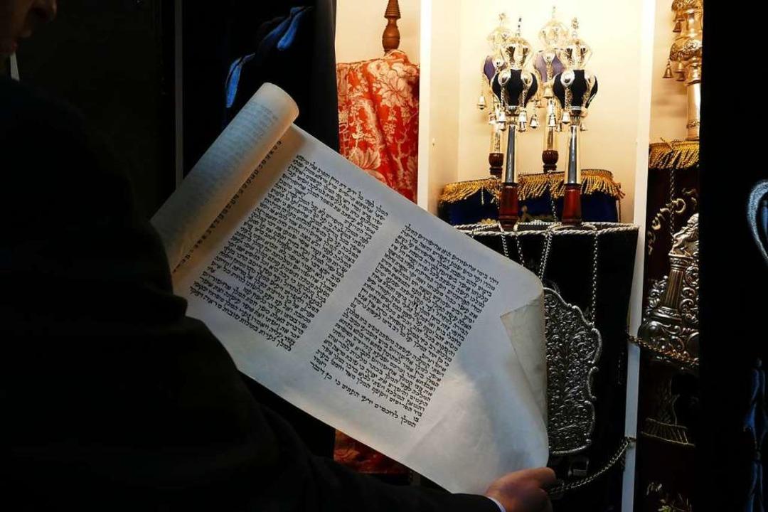 Moshe Flomenmann zeigt eine Schriftrolle in der Synagoge von Lörrach.  | Foto: Dora Schöls