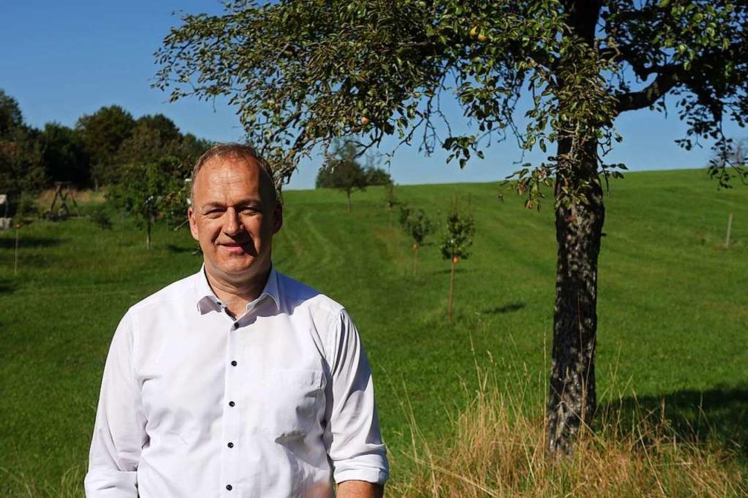 Christoph Karle hat Obstbäume gepflanz...r Stelle, als ursprünglich vorgesehen.  | Foto: Jannik Jürgens