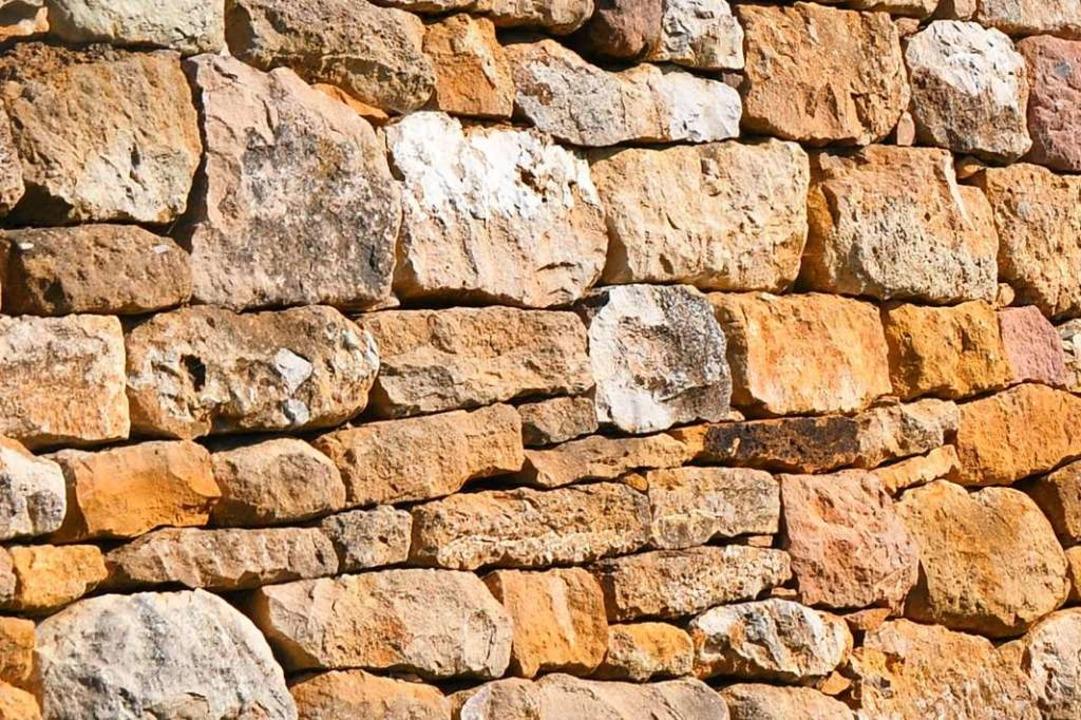 Wenn für viel Geld eine Steinmauer ang...rd, sind oft nicht alle einverstanden.  | Foto: Julius Wilhelm Steckmeister