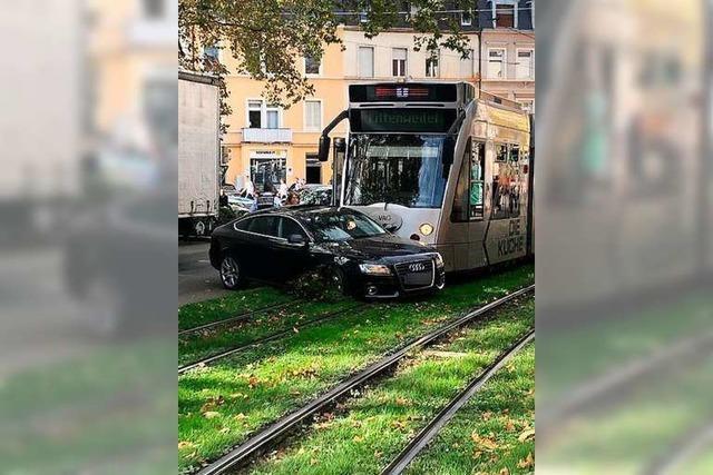 Auto kollidiert an der B31 in Freiburg mit Straßenbahn