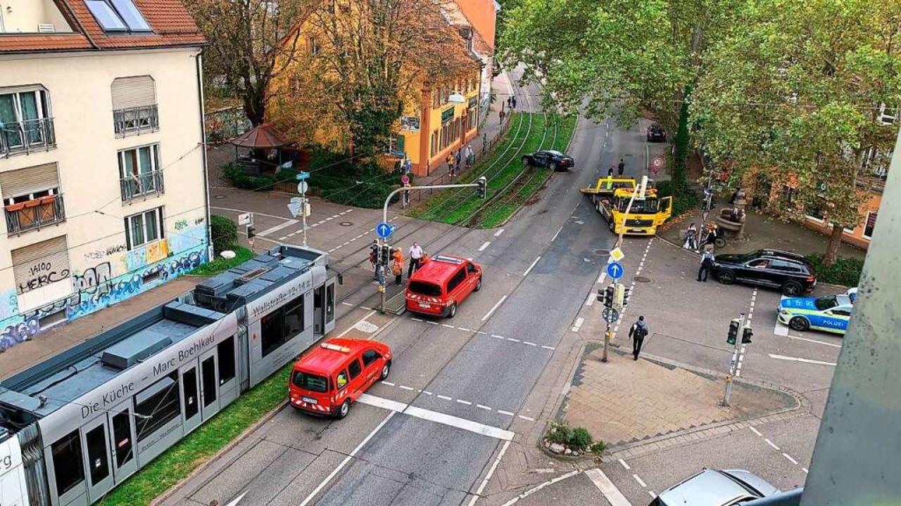 Nachdem die Tram zurückgesetzt hatte, ... der Unfallwagen noch auf den Gleisen.  | Foto: Leserfoto