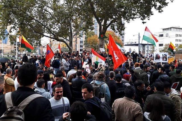 Ultras und Kurden demonstrieren in Freiburg gegen Polizeigesetze und die Türkei