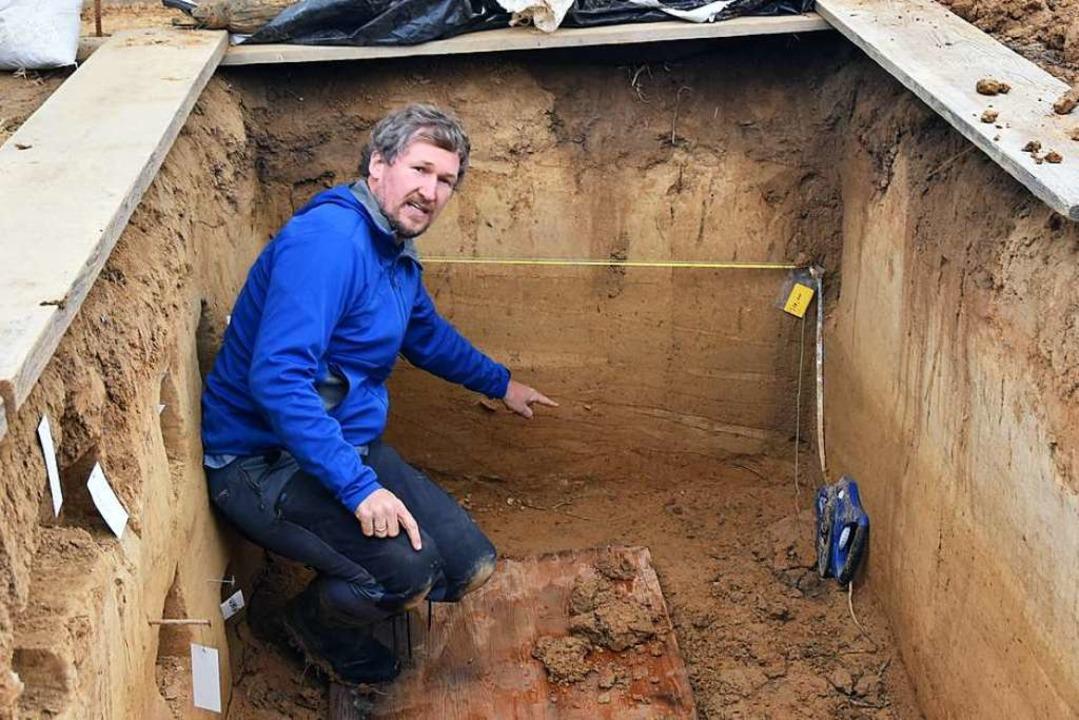 Marcel Bradtmöller von der Universität...ufschluss der archäologischen Grabung.  | Foto: Manfred Frietsch