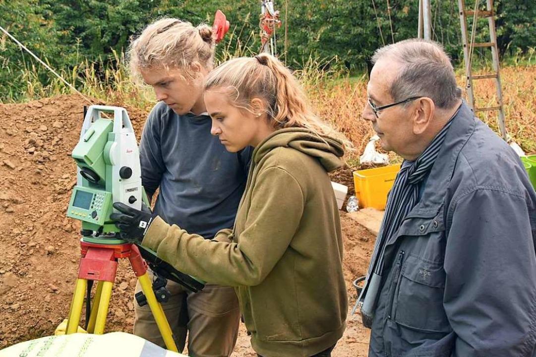 Am Tachymeter prüfen die Studierenden ... Arbeitskreis des  Müllheimer Museums.  | Foto: Manfred Frietsch