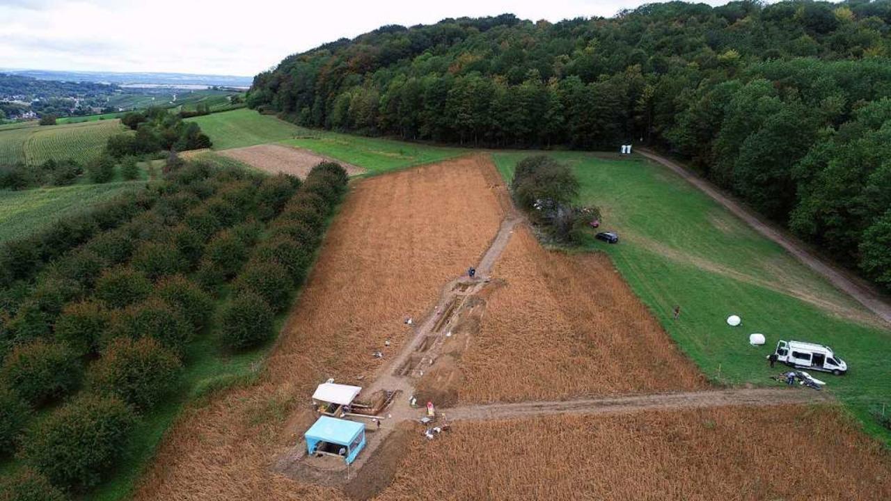Die Grabungsstelle aus der Luft: Die S...fen in einer Diagonale über den Acker.  | Foto: Marcel El-Kassem