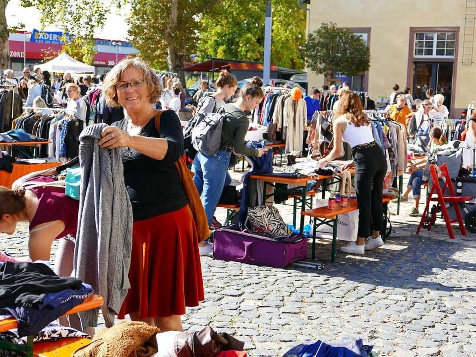 Herz , was begehrst Du – bei vollen Kleiderständern hatte frau die Wahl.    Foto: Martina David-Wenk