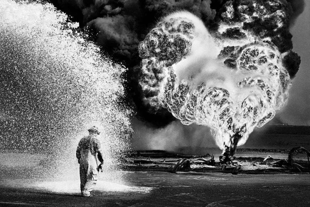 Wüste in Flammen: Löscheinsatz an einer brennenden Ölquelle in Kuwait, 1991   | Foto: Sebastia Salgado