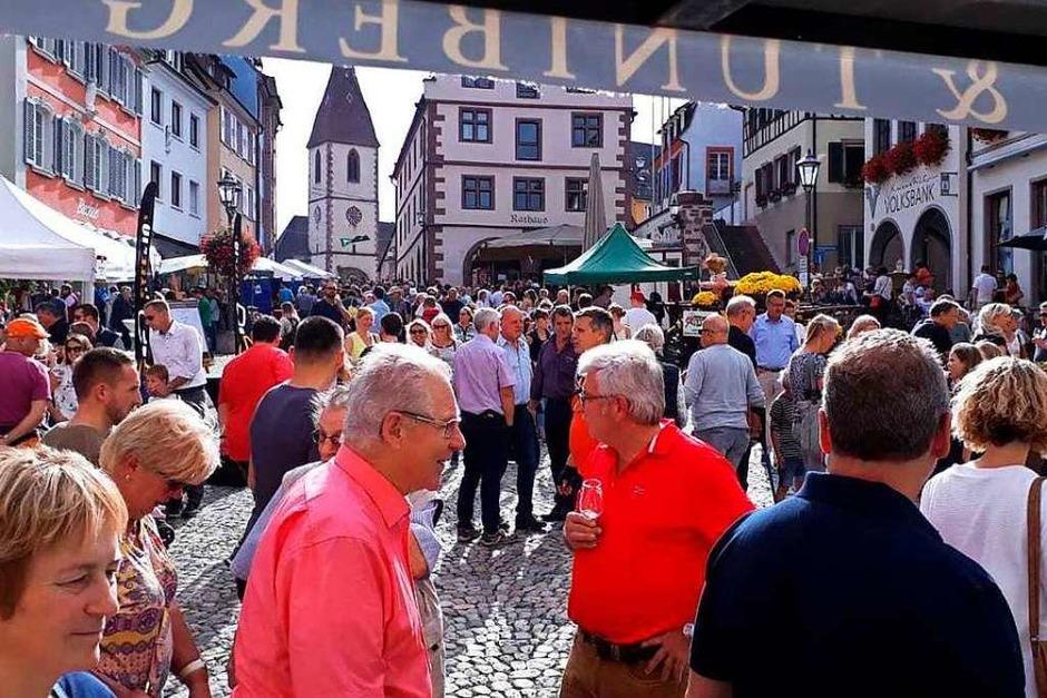 """Großer Andrang am Sonntag in der Endinger Innenstadt, die sich bei """"Ä Guädä"""" zwei Tage lang als vielfältige Genussmeile präsentierte. (Foto: Ruth Seitz)"""