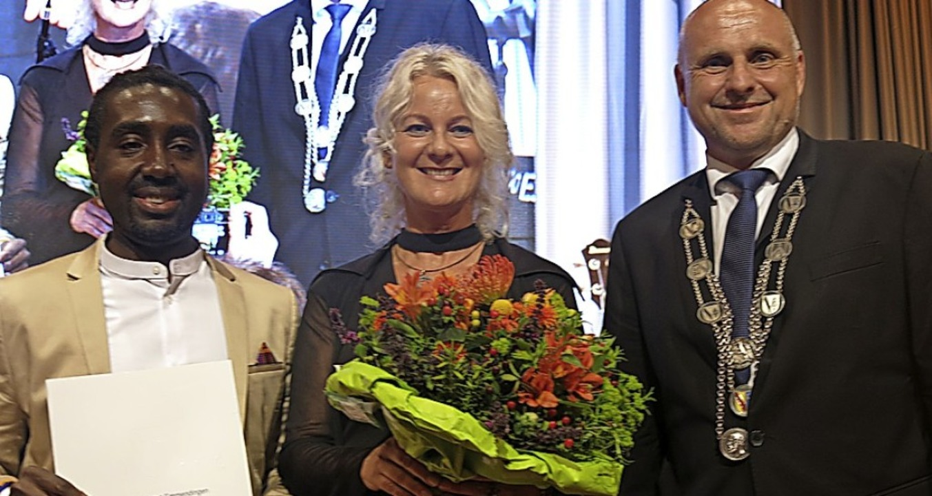 Raphael Kofi und Daniela Sauter erhiel...chlatterer den Kulturpreis überreicht.  | Foto: Georg Voß