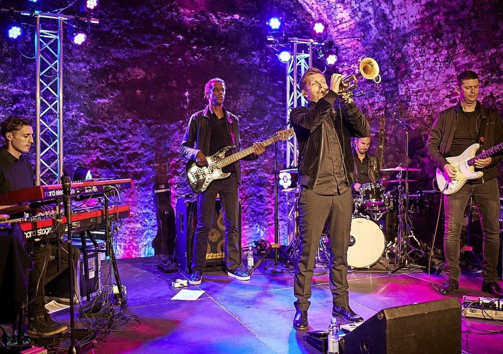 Jazz-Trompeter Nils Wülker spielte in ...llerei Geldermann  das Stück Perlage.   | Foto: Geldermann