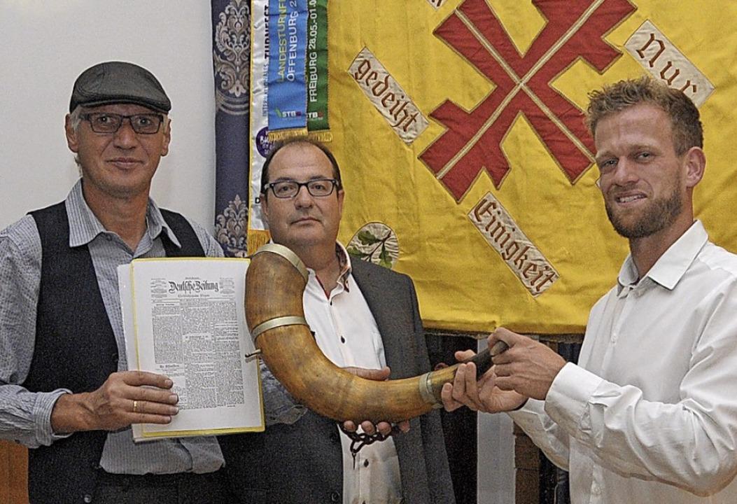 Michael Mayer, Jörg Schwarzwälder und ...der TSV-Fahne mit den Turnfest-Wimpeln  | Foto: Regine Ounas-Kräusel