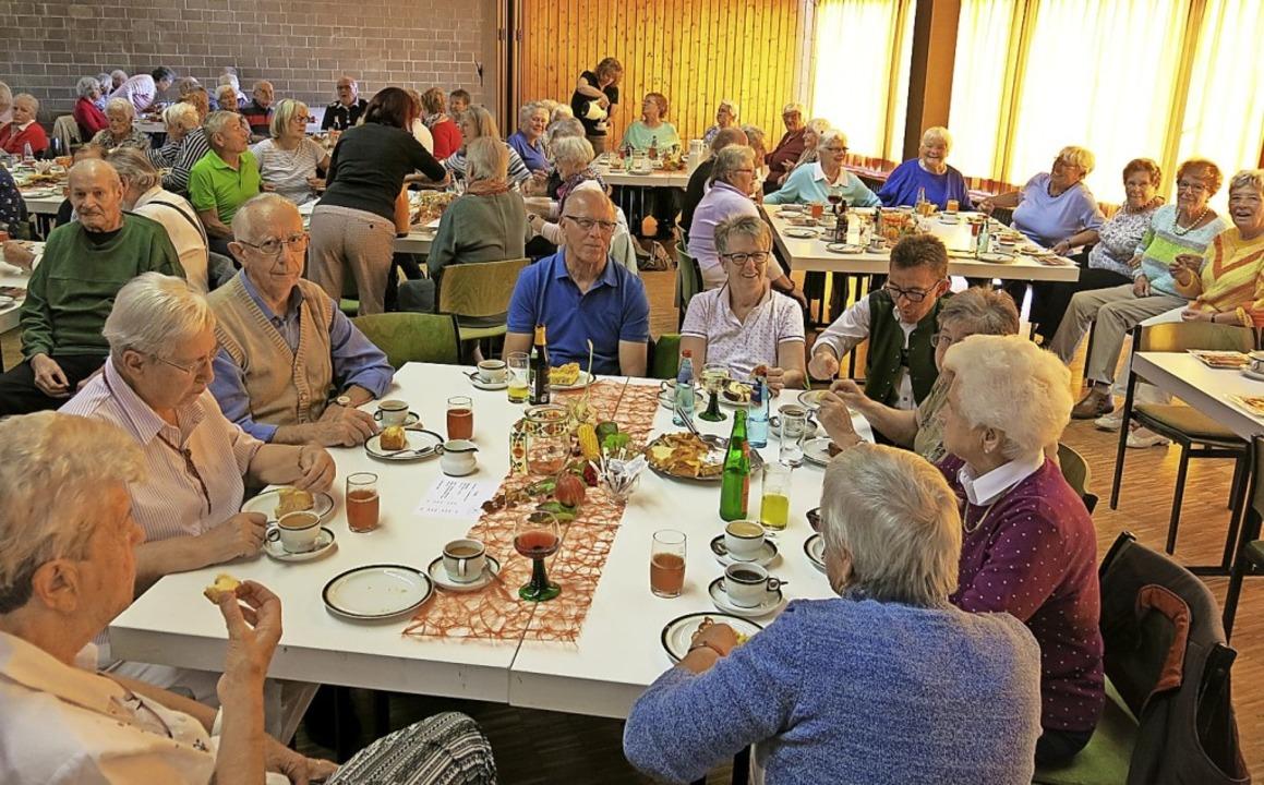 Volles Haus im Paulinerheim beim Ernte...der Feier gab's Kaffee und Kuchen.  | Foto: Erhard Morath
