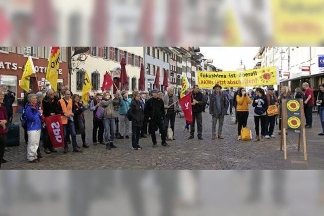 Protest mit Plakaten und Posaune