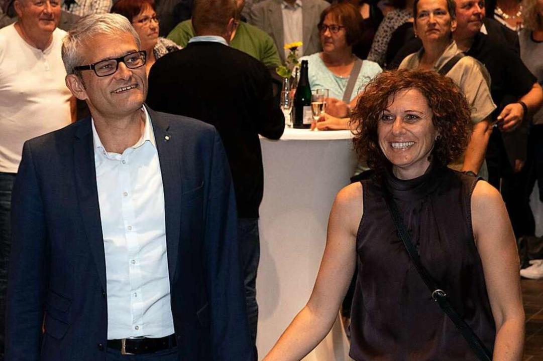 Der Wahlsieger Martin Löffler mit sein...au bei der Verkündung des Ergebnisses.  | Foto: Volker Münch
