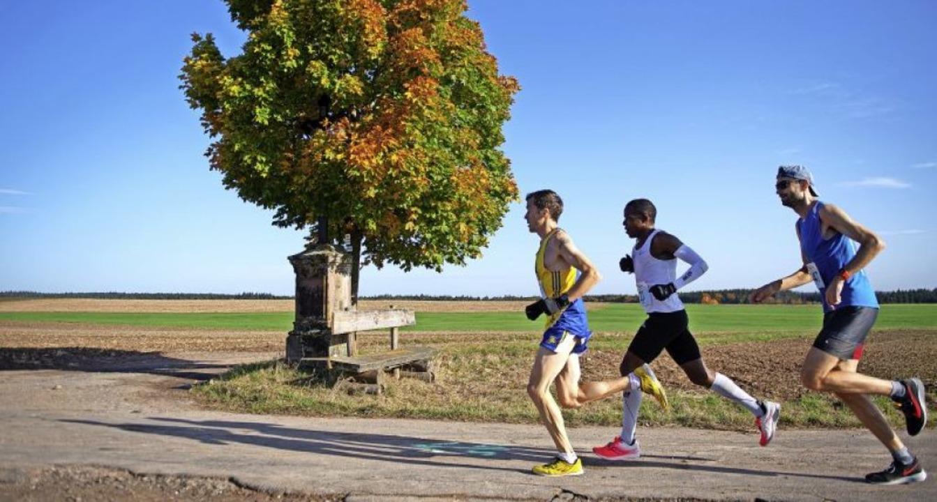 Führungstrio (von rechts): der spätere...ner, Dritter des Schwarzwald-Marathons  | Foto: Wolfgang Scheu