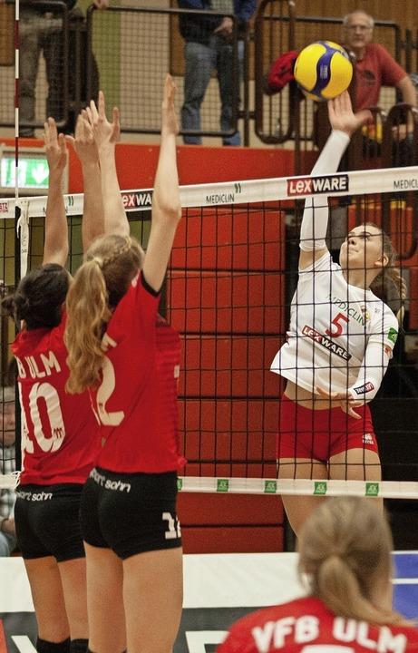 Vom Ulmer Block nicht zu stoppen waren...ah Haas (weißes Trikot) und ihr Team.   | Foto: Alexandra Buss
