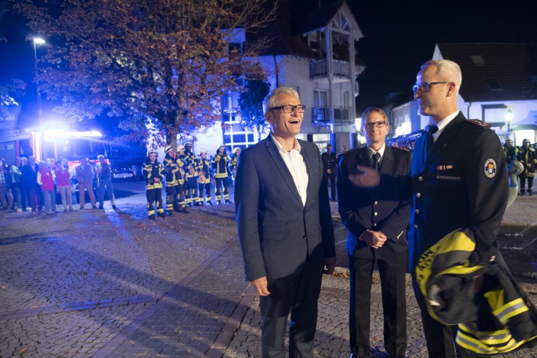 Martin Löffler (links) erhält als neue...therr der Feuerwehr eine Einsatzjacke.  | Foto: Volker Münch