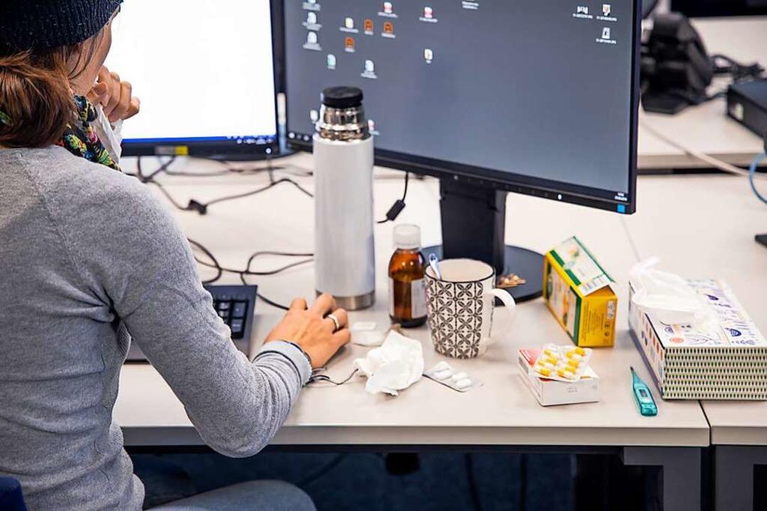 Mit Taschentüchern, Tee und Medikamenten durch den Arbeitstag   | Foto: Joss Andres