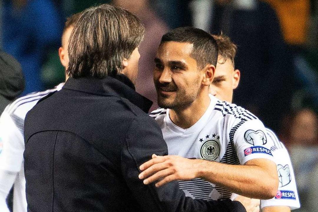 Löw und Gündogan nach dem Match.  | Foto: Federico Gambarini (dpa)