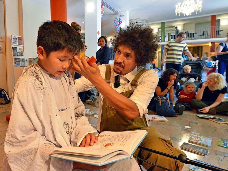 Lukas (9) liest vor, Danny Beuerbach hört zu – und arbeitet.  | Foto: Michael Bamberger