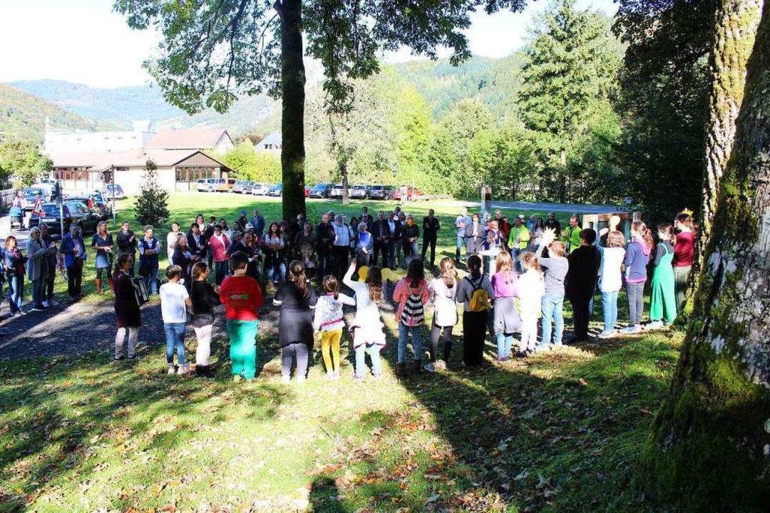 Zahlreiche Gäste erschienen zur Einwei...bnispfads im Buchenbrändle in Schönau.  | Foto: Martin Klabund