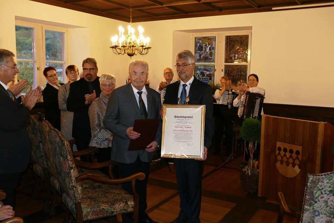 Michael Thater (rechts) überreichte He... zur Verleihung der Ehrenbürgerwürde.   | Foto: Hrvoje Miloslavic