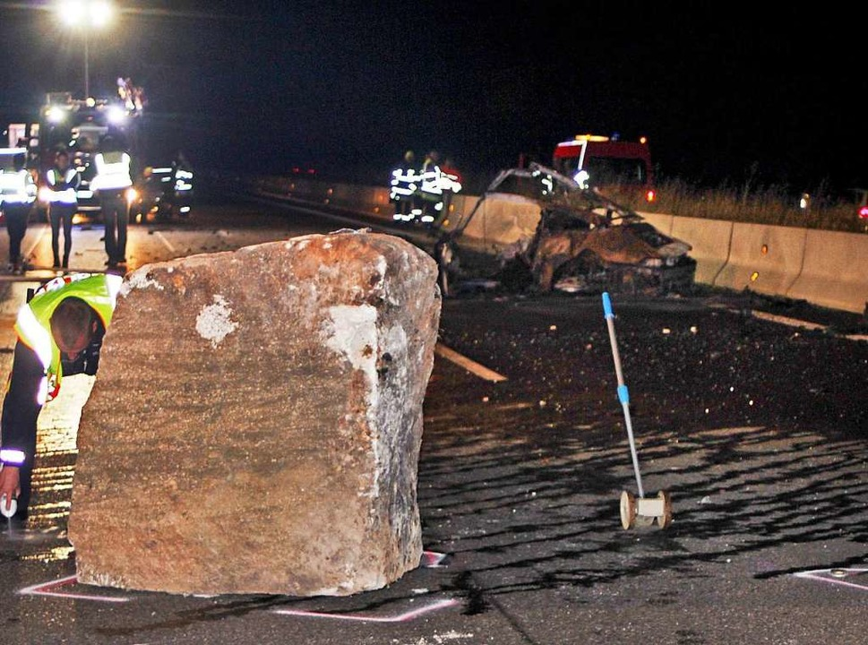 Der Felsbrocken an der Unfallstelle, im Hintergrund das Wrack des Porsche.  | Foto: kamera24.tv