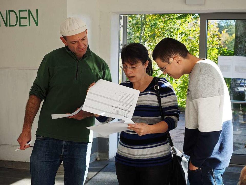 Sebastian Vogl (links) geht mit Bianca und Manuel Wehrle die Checkliste durch.  | Foto: Susanne Gilg