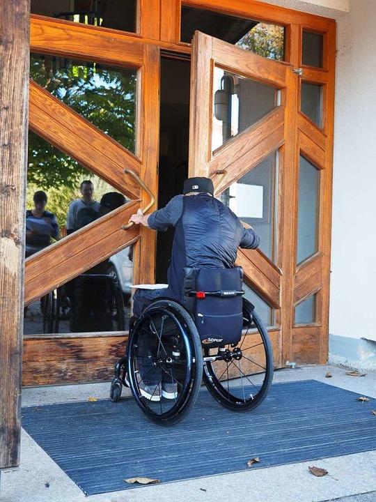 Nur schwer schafft es Benjamin Rudiger, die Tür zu öffnen.   | Foto: Susanne Gilg