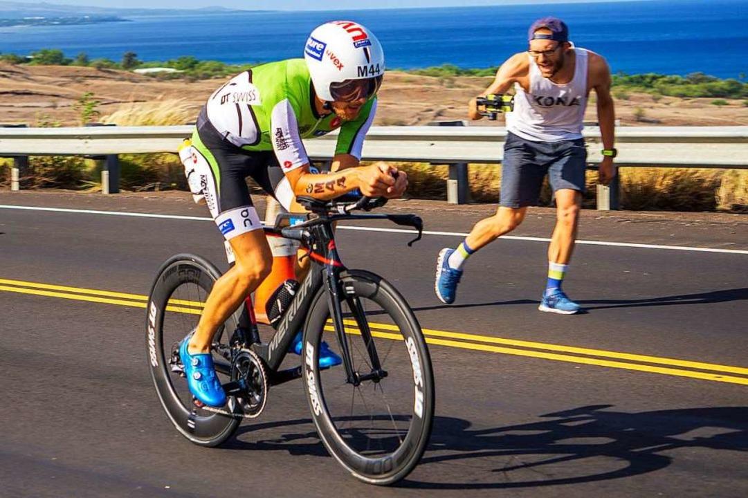 Marc Dülsen wird beim Ironman auf Hawa...erapeuten Robin Olschewski angefeuert.  | Foto: privat