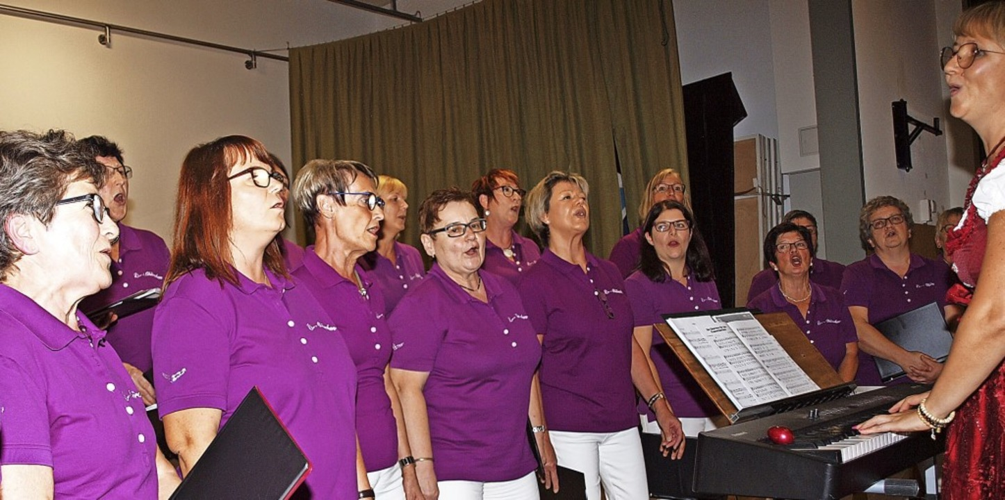 Schwungvoll und ab und zu mit einem Augenzwinkern: der Frauenchor Li-Chörchen     Foto: Michael Haberer